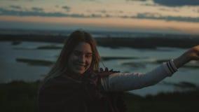 Lächelnde junge Frau haben Spaß mit Wunderkerze am Abend, Zeitlupe stock footage
