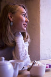 Lächelnde junge Frau im Café Stockbilder