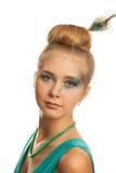 Lächelnde junge Frau im grünen Kleid. Lizenzfreies Stockbild
