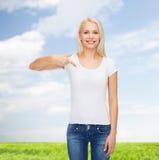 Lächelnde junge Frau im leeren weißen T-Shirt Lizenzfreie Stockfotos