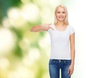 Lächelnde junge Frau im leeren weißen T-Shirt Stockbild
