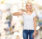 Lächelnde junge Frau im leeren weißen T-Shirt Stockfotos