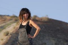 Lächelnde junge Frau im Overall Lizenzfreie Stockfotos