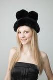 Lächelnde junge Frau im Pelz-Hut Stockfotografie