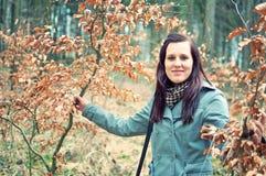 Lächelnde junge Frau im Wald lizenzfreies stockfoto