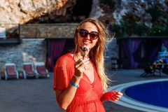 Lächelnde junge Frau isst SchokoladenEiscreme im Sommer lizenzfreies stockbild
