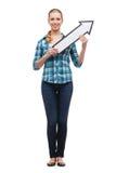 Lächelnde junge Frau mit dem Pfeil, der oben poiting ist Lizenzfreies Stockbild