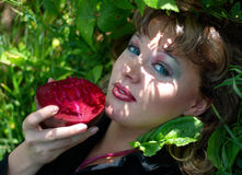 Lächelnde junge Frau mit den roten roten Rüben lizenzfreies stockfoto