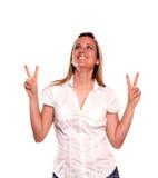 Lächelnde junge Frau mit einer gewinnenden Fluglage Lizenzfreies Stockfoto