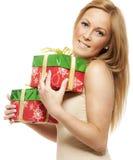 Lächelnde junge Frau mit Geschenk lizenzfreies stockfoto