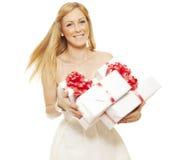 Lächelnde junge Frau mit Geschenk lizenzfreie stockfotografie