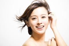 Lächelnde junge Frau mit Haarbewegung lizenzfreie stockfotos