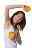 Lächelnde junge Frau mit halfs der Orange lizenzfreie stockfotos