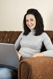 Lächelnde junge Frau mit Laptop Stockfoto