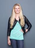Lächelnde junge Frau mit Lederjacke Lizenzfreies Stockbild