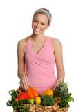 Lächelnde junge Frau mit Obst und Gemüse Stockfotografie
