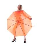 Lächelnde junge Frau mit Regenschirm Lizenzfreies Stockfoto
