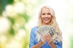 Lächelnde junge Frau mit US-Dollar Geld Stockbilder