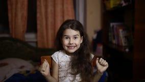 Lächelnde junge Frau - nettes Portrait Natürliches offenes entzückendes Lächeln auf asiatischem kaukasischem Mädchen auf rotem Hi stock video