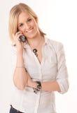 Lächelnde junge Frau am Telefon Lizenzfreies Stockbild