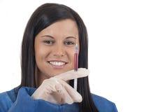 Lächelnde junge Frau Whiteinspritzung Stockfoto