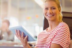 Lächelnde junge Frauen, die digitale Tablette verwenden Lizenzfreie Stockbilder