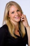 Lächelnde junge Geschäftsfrau auf Handy. Stockfotos