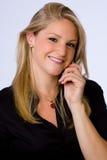 Lächelnde junge Geschäftsfrau auf Handy. Lizenzfreie Stockfotografie