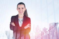Lächelnde junge Geschäftsfrau in der Morgenstadt stockfotografie