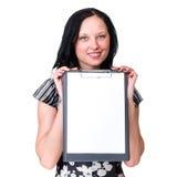 Lächelnde junge Geschäftsfrau, die freien Raum zeigt Stockfotografie