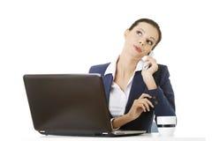 Lächelnde junge Geschäftsfrau, die am Telefon spricht Stockbild