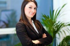 Lächelnde junge Geschäftsfrau im Büro stockfotos