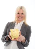 Lächelnde junge Geschäftsfrau mit Sparschwein Stockbilder
