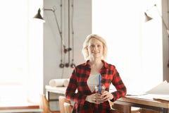 Lächelnde junge Geschäftsfrau Posing stockfotos