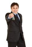 Lächelnde junge Geschäftsmannholdingtasten in der Hand Lizenzfreie Stockbilder