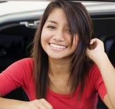 Lächelnde junge hübsche Frau lizenzfreies stockfoto