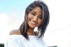 Lächelnde junge hübsche Frau stockfotos
