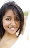 Lächelnde junge hübsche Frau lizenzfreies stockbild