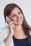 Lächelnde junge hübsche Geschäftsfrau lizenzfreie stockfotos