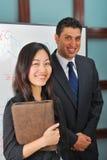 Lächelnde junge Leute Lizenzfreie Stockfotografie