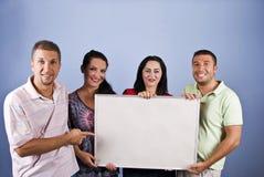 Lächelnde junge Leute mit fügen Fahne hinzu Lizenzfreies Stockfoto