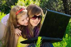 Lächelnde junge Mutter mit kleiner Tochter Stockfoto