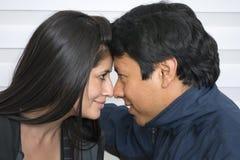 Lächelnde junge Paare, lizenzfreies stockfoto