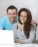Lächelnde junge Paare Stockfotos