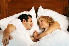 Lächelnde junge Paare Lizenzfreies Stockbild