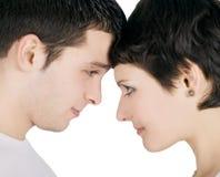 Lächelnde junge Paare in der Liebe lizenzfreies stockbild