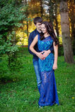 Lächelnde junge Paare in der Liebe, die auf Bank am Park stationiert Stockbild