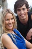 Lächelnde junge Paare durch Fence Stockfotos