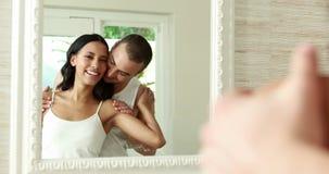 Lächelnde junge Paarfront des Spiegels stock video