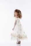 Lächelnde junge Prinzessin, die im Studio aufwirft Lizenzfreie Stockfotografie